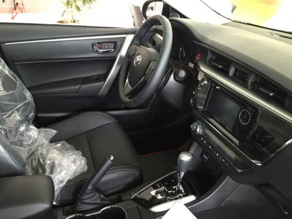 Toyota Corolla Altis 2.0V màu đen. LH Huy 0978329189