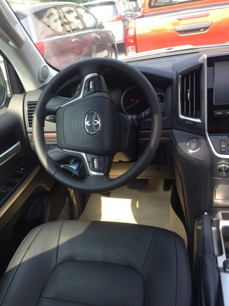 Toyota Land Cruiser 2020 đen xe mới