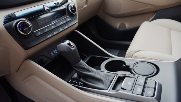 Hyundai Tucson 2016 nhập mới, màu đen có sẵn xe giao.