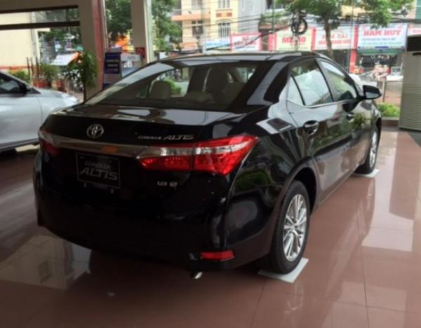 Toyota Corolla Altis 1.8MT 2016 màu đen giá 712 triệu.
