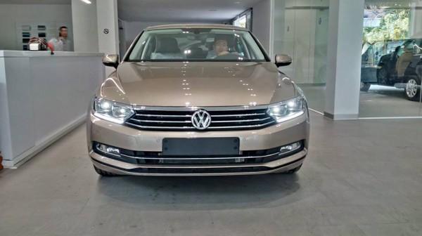 Volkswagen Passat Giá xe Passat bản cao cấp, màu vàng cát.