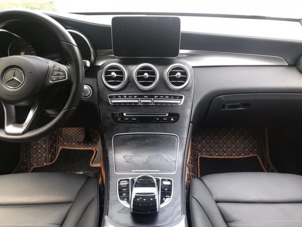 Mercedes-Benz GLC300 vin 2018 xe màu trắng, cực đẹp